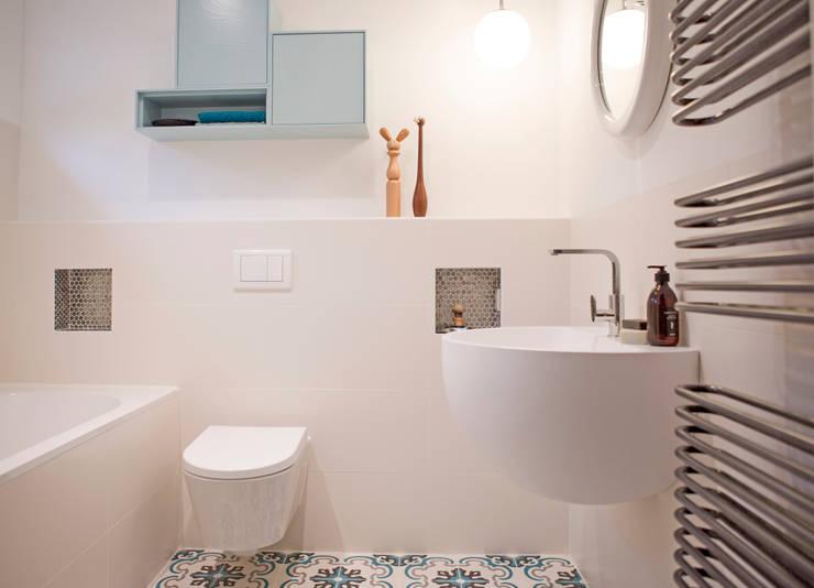 Badkamer in blauwe tinten. Bathroom:  Badkamer door IJzersterk interieurontwerp, Modern