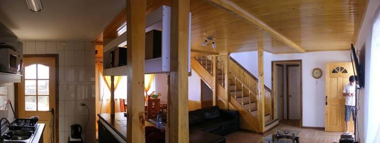 MARCELA CARRERAS – AUTO CONSTRUCCIÓN ASISITDA: Pasillos y hall de entrada de estilo  por M25