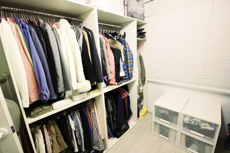 역삼동 투룸 싱글녀 홈스타일링 (Yeoksam homestyling): homelatte의  드레스 룸