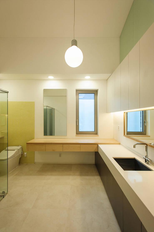 평창동 주택 (Pyeongchangdong House) : 위빌 의  욕실,모던