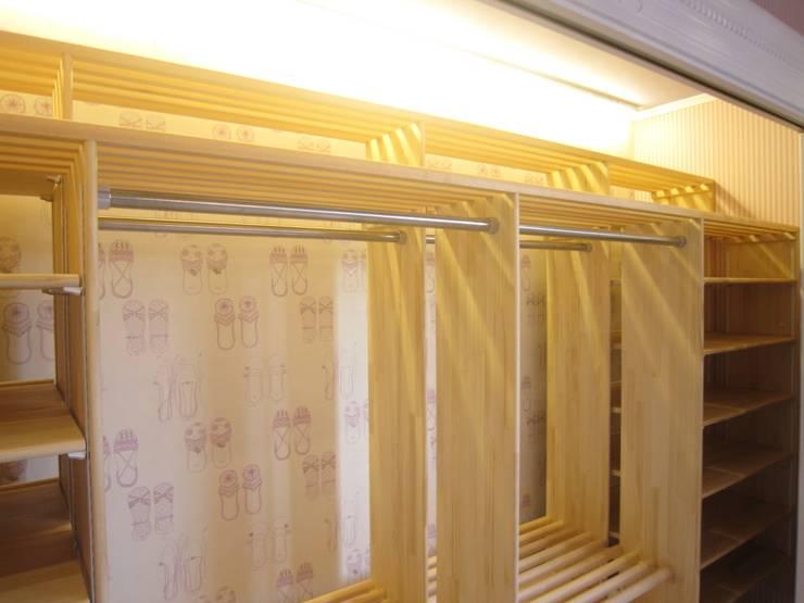 自然素材を使用したブティック感覚のクローゼット: HONEY HOUSEが手掛けたウォークインクローゼットです。