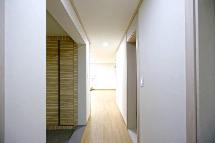 Couloir et hall d'entrée de style  par 한글주택(주)