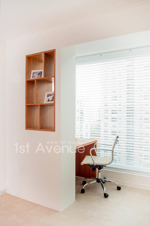 고급스러움이 풍기는 공간 속 컬러감이 돋보이는 아이들방 인테리어 : 퍼스트애비뉴의  서재 & 사무실