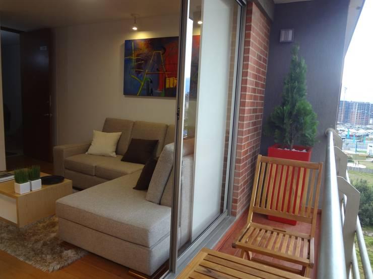 Apartamento Alcaparros Montanar: Terrazas de estilo  por John Robles Arquitectos, Moderno