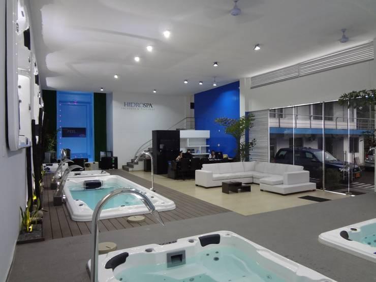 Showroom HidroSpa: Espacios comerciales de estilo  por John Robles Arquitectos