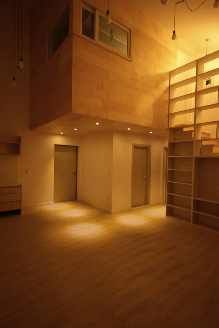 경북 군위 전원주택 협소주택 땅콩 주택: inark [인아크 건축 설계 디자인]의  거실
