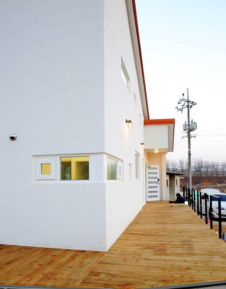 경북 군위 전원주택 협소주택 땅콩 주택: inark [인아크 건축 설계 디자인]의  주택