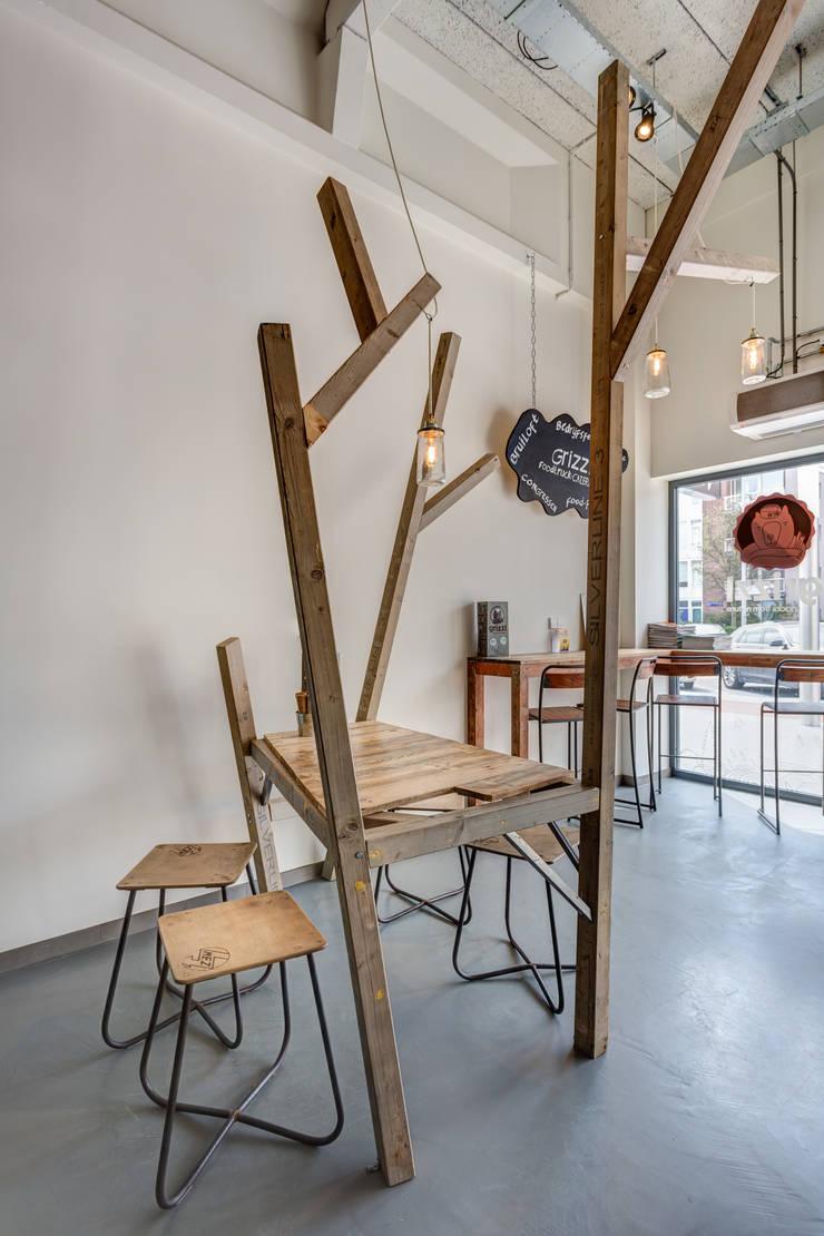 Grizzl store bomen tafel en augurken lampen:  Eetkamer door Studio Made By, Industrieel Hout Hout