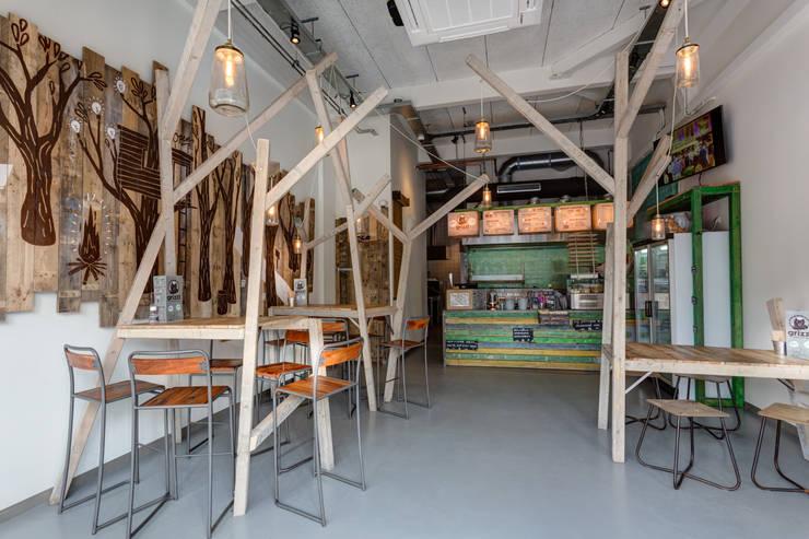 Grizzl store interieur:  Eetkamer door Studio Made By, Industrieel Hout Hout