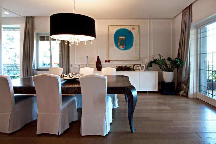 Casa Monteverde: Sala da pranzo in stile  di Anomia Studio