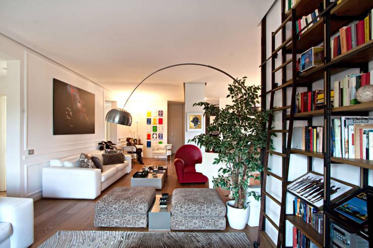 Casa Monteverde: Soggiorno in stile  di Anomia Studio