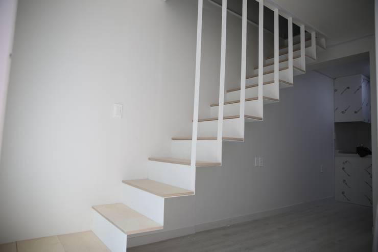 대구 죽전동 주택 인테리어 리모델링 (전원주택 ): inark [인아크 건축 설계 디자인]의  복도 & 현관