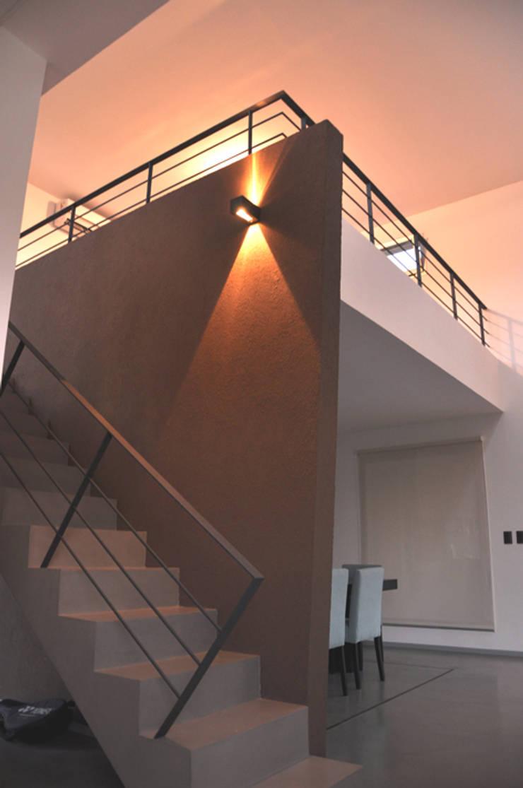 CASA M – Estudio Fernandez+Mego Pasillos, vestíbulos y escaleras minimalistas de Estudio Fernández+Mego Minimalista
