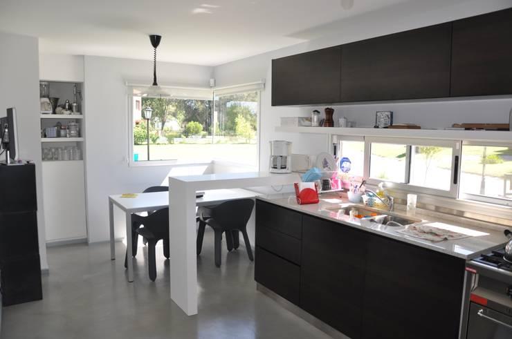 Cocinas de estilo  por Estudio Fernández+Mego