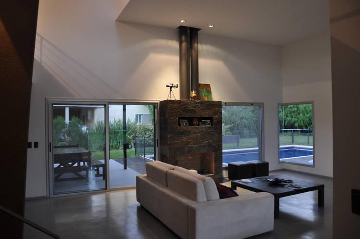 Salas de estilo  por Estudio Fernández+Mego