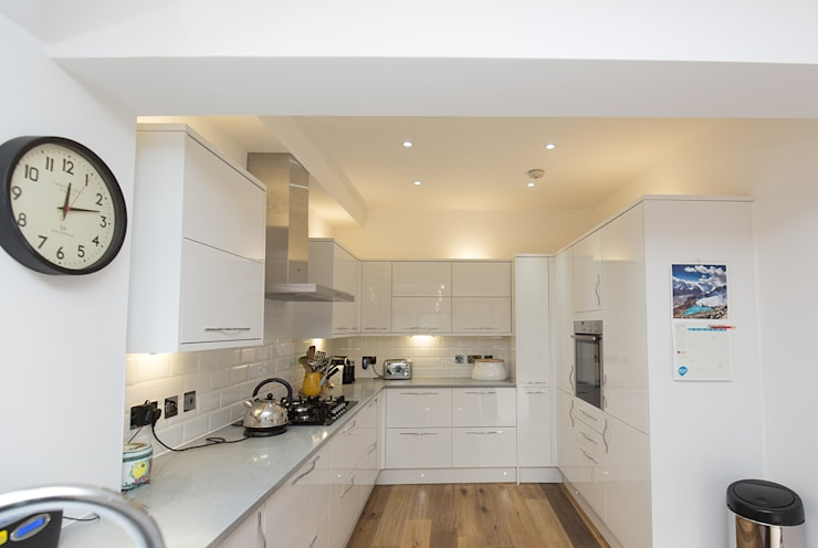 A modern kitchen perfect for the family home: modern Kitchen by The Market Design & Build