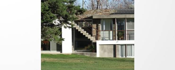 Vivienda Club de Campo Mendoza: Casas de estilo  por YANCARELLI - GOMEZ CODINA arquitectos