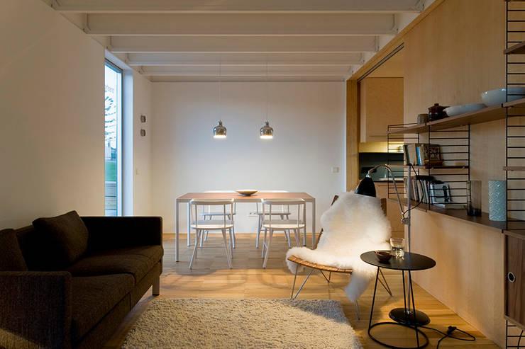 Treehouse: Salas de estar minimalistas por Jular Madeiras