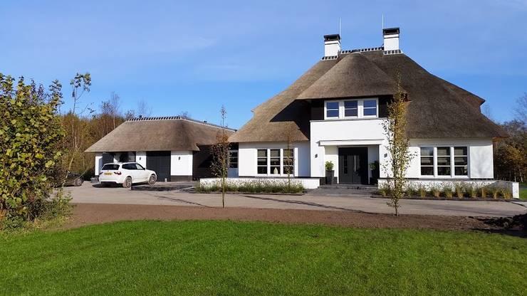 Vrijstaande witte rietgedekte villa te Dedemsvaart 01 Architecten:   door 01 Architecten, Landelijk