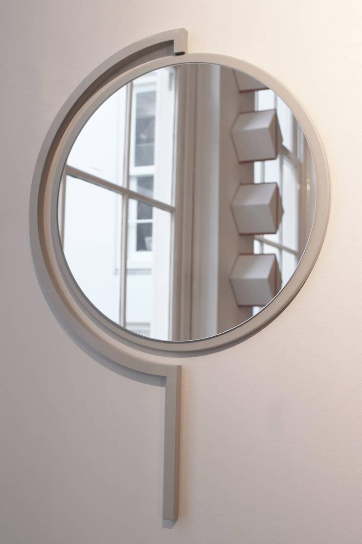 Contorno Mirror Silk Grey:   door Studio Jolanda van Goor, Scandinavisch Metaal