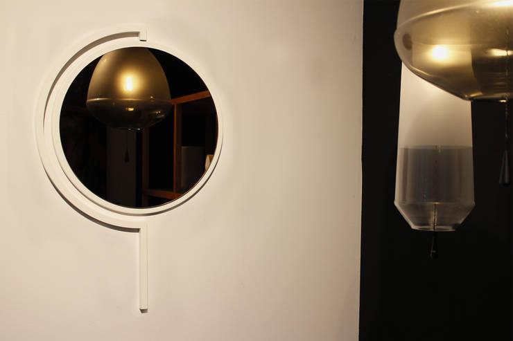 Contorno Mirror White:   door Studio Jolanda van Goor, Scandinavisch Metaal