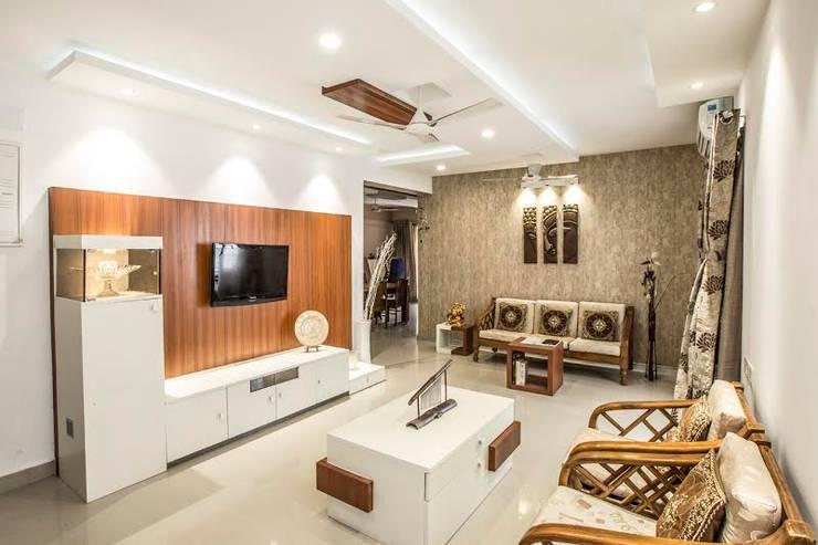 Ezhilagam:  Living room by Spacestudiochennai,Modern