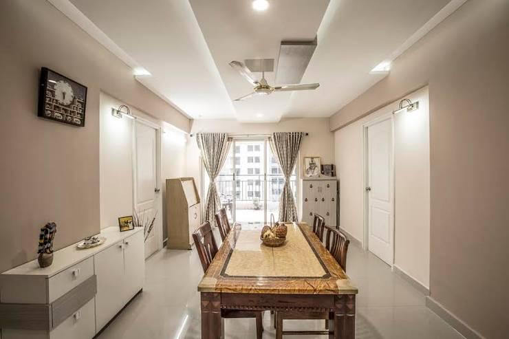 Ezhilagam:  Dining room by Spacestudiochennai,Modern