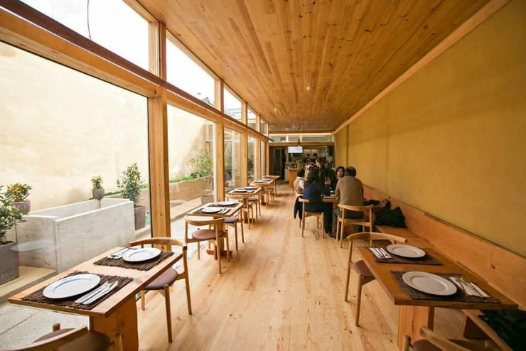 Pé d'Arroz – Vegetarian restaurant in Matosinhos, Portugal: Salas de jantar  por Arquitectura Sensivel