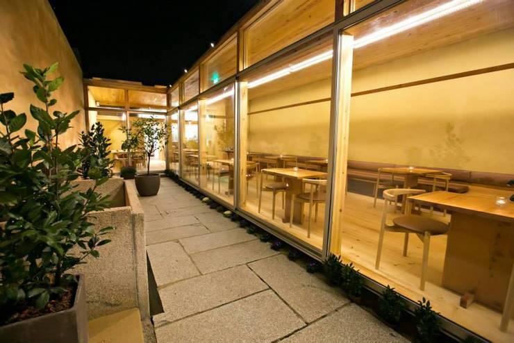 Pé d'Arroz – Vegetarian restaurant in Matosinhos, Portugal: Terraços  por Arquitectura Sensivel