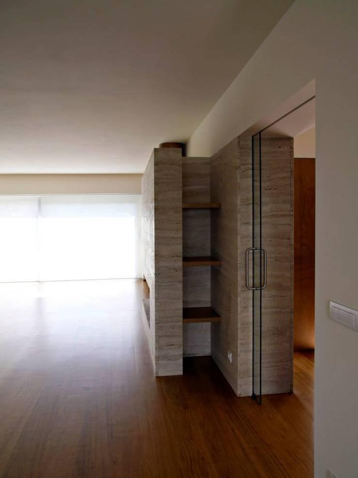Living room: Salas de estar  por Arquitectura Sensivel