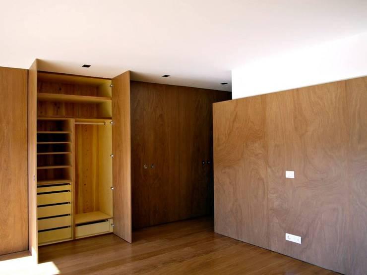 Bedroom: Quartos  por Arquitectura Sensivel