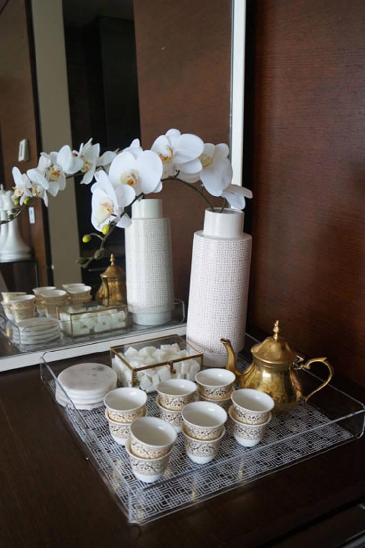 Appartement Dubai:  Woonkamer door By Lenny, Modern