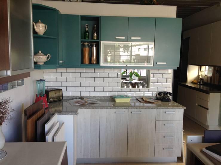 Cesaro cocinas - Showroom: Cocinas de estilo  por Cesaro