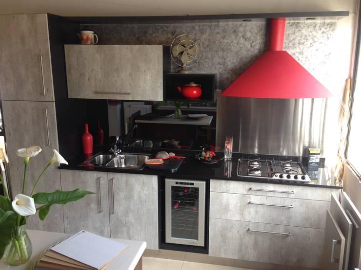 Cesaro cocinas – Showroom: Cocinas de estilo  por Cesaro