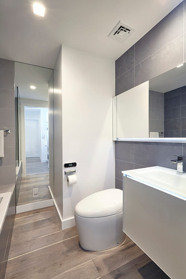 Downtown White on White Apartment:  Bathroom by Andrew Mikhael Architect,Minimalist