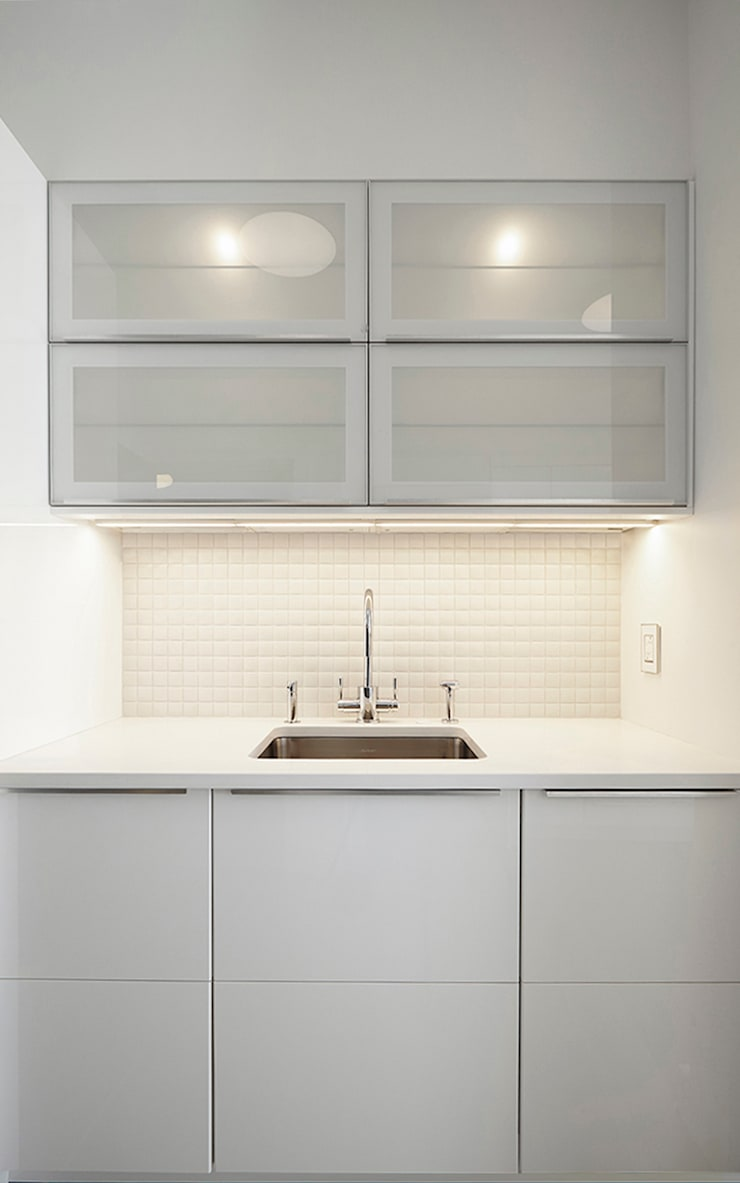 Downtown White on White Apartment:  Kitchen by Andrew Mikhael Architect,Minimalist