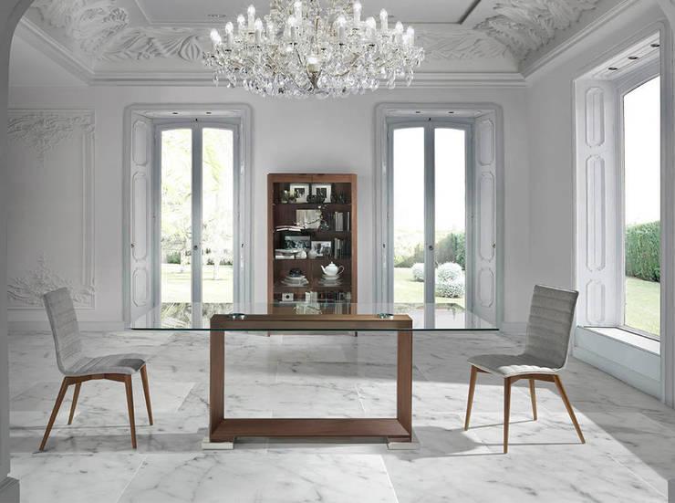 Mesas com tempo de vidro Tables with glass top www.intense-mobiliario.com   PRISM http://intense-mobiliario.com/pt/mesas-vidro-fibra/8852-mesa-prism.html: Sala de jantar  por Intense mobiliário e interiores;