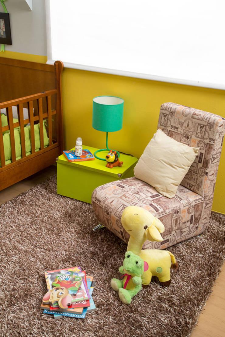 Sillón de descanso habitación bebé: Habitaciones infantiles de estilo  por Idea Interior