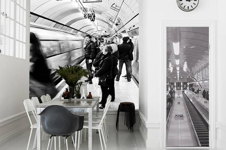 metro : Pareti & Pavimenti in stile  di Creativespace