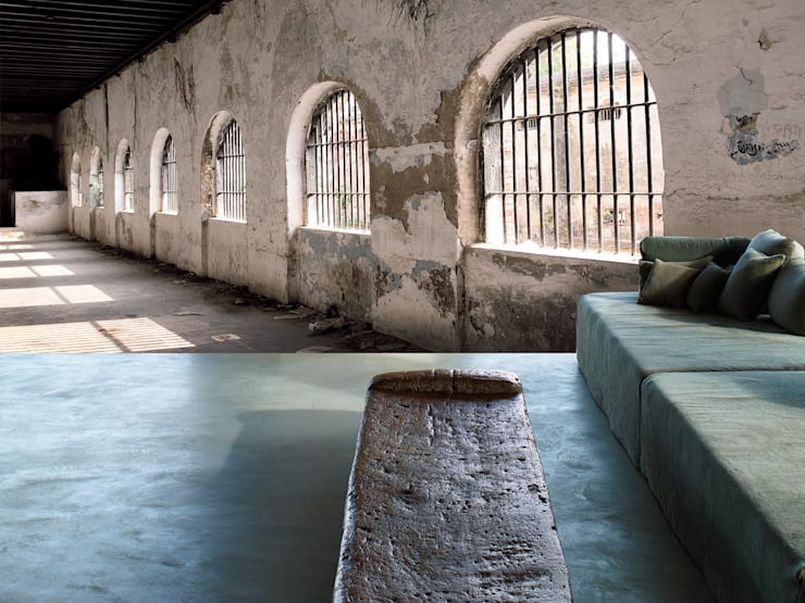 jail: Soggiorno in stile  di Creativespace