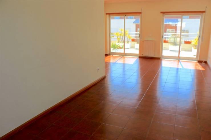 Sala - Apartamento T3 Duplex: Sala de estar  por Novilei Imobiliária