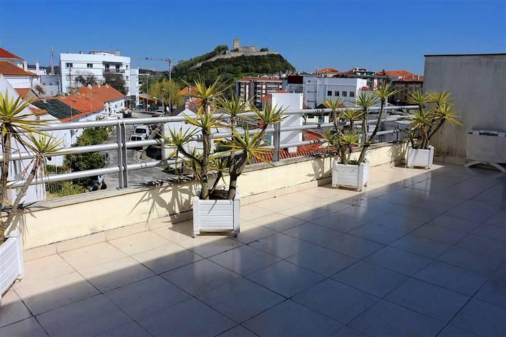 Teraço - Apartamento T3 Duplex: Varanda, marquise e terraço  por Novilei Imobiliária