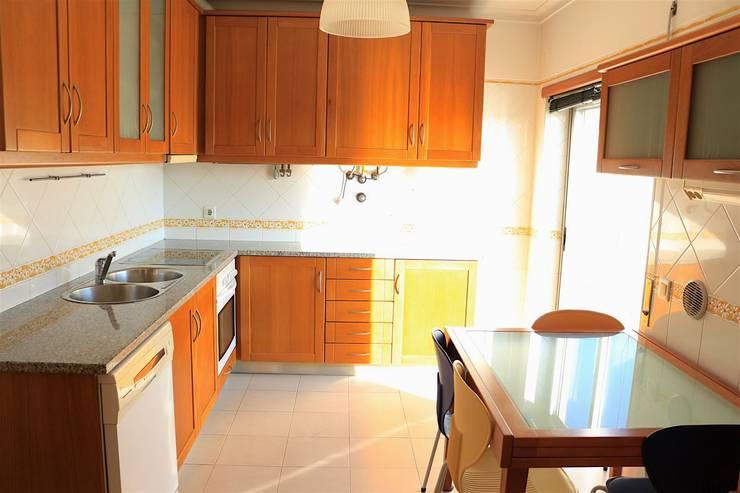 Cozinha - Apartamento T3 Duplex: Cozinha  por Novilei Imobiliária