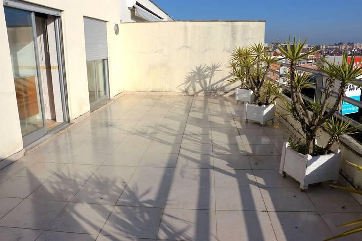 Terraço - Apartamento T3 Duplex: Varanda, marquise e terraço  por Novilei Imobiliária