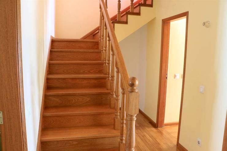Escadas - Apartamento T3 Duplex: Corredor, hall e escadas  por Novilei Imobiliária