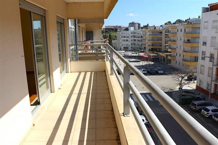 Varanda - Apartamento T3 Duplex: Varanda, marquise e terraço  por Novilei Imobiliária