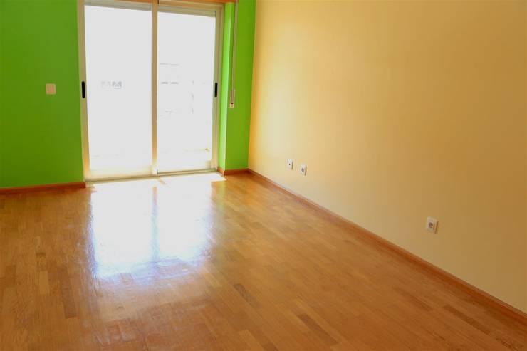 Quarto - Apartamento T3 Duplex: Quarto  por Novilei Imobiliária