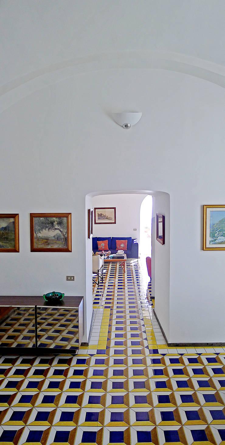 Casa V: Soggiorno in stile  di Sergio Prozzillo Ass.ti, Mediterraneo