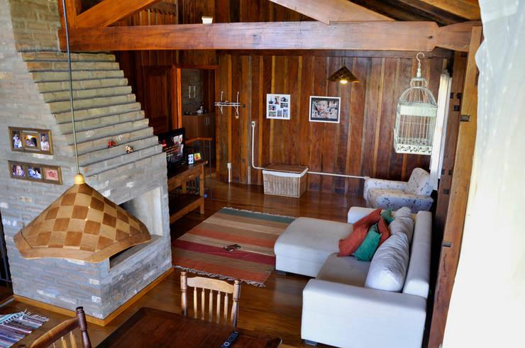 Salas de estilo rústico por Zani.arquitetura