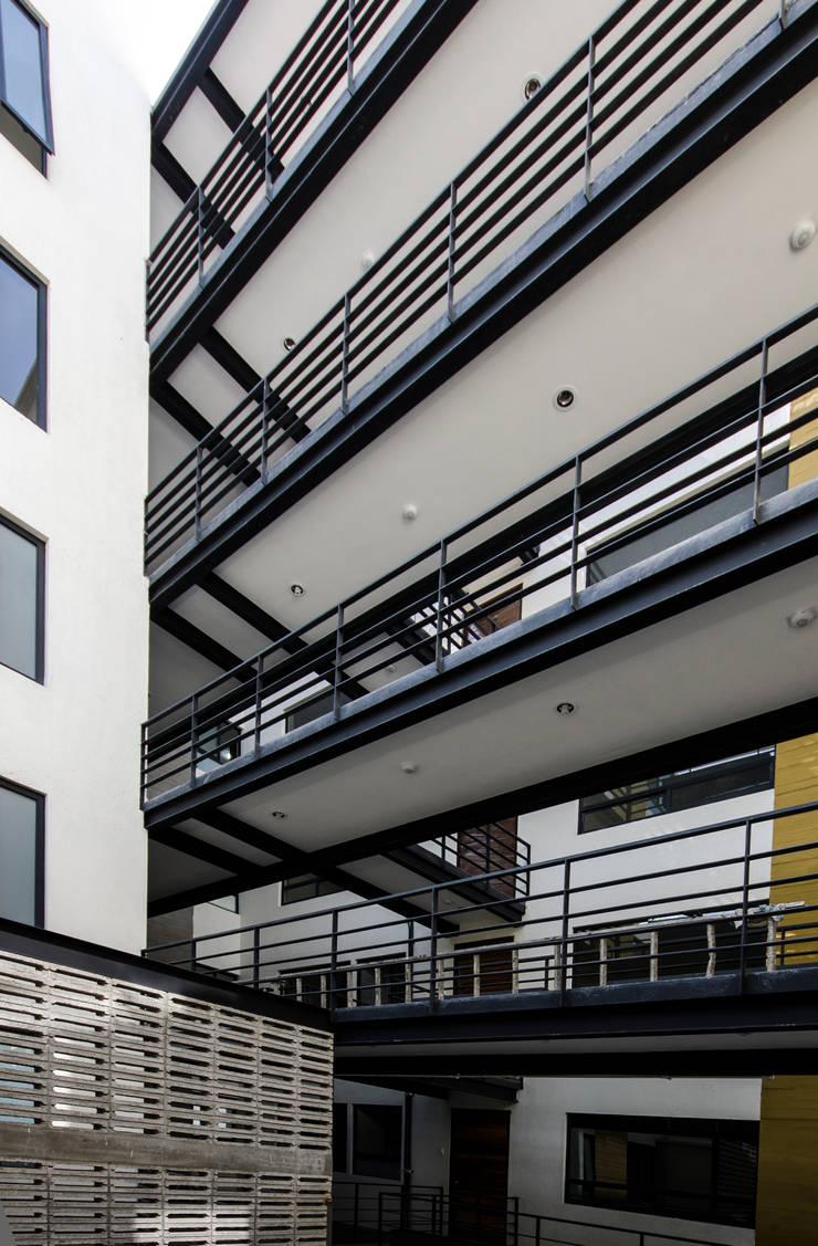 Vista pasillos:  de estilo  por PABELLON de Arquitectura